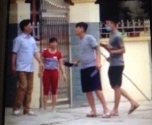 Nhóm đòi nợ thuê gây sát thương cho 6 người dân ( ảnh cắt từ clip)