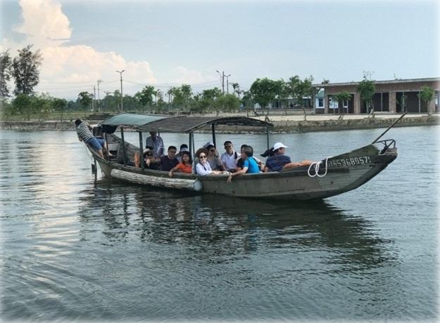 Đi thuyền của ngư dân trên đầm phá