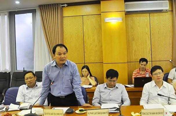 Ông Nguyễn Công Khanh trả lời tại một cuộc họp báo thường kỳ của Bộ Tư pháp (Ảnh: Thế Kha).