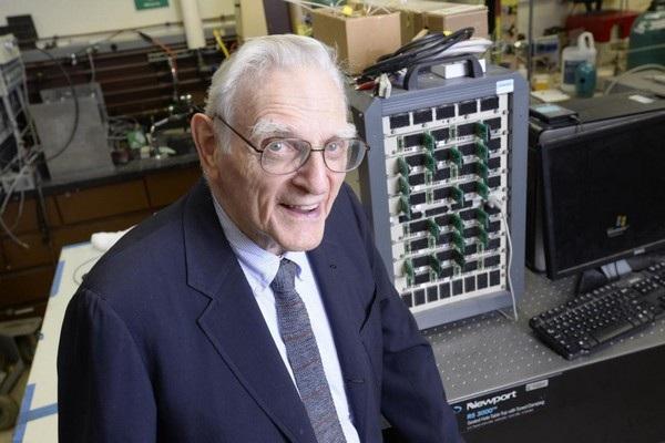 """Giáo sư John Goodenough, """"cha đẻ"""" của pin Lithium-ion và nhà tiên phong trong phát triển công nghệ pin"""