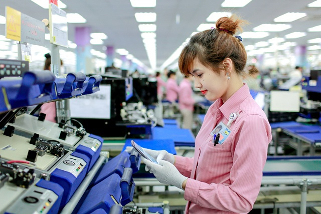 Công nhân lao động tại các nhà máy công nghiệp có năng suất cao nhưng không tăng lên. (Ảnh: Nguyễn Tuyền)
