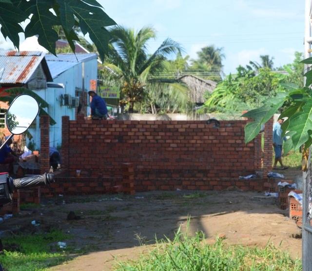 Dù bị đình chỉ nhưng công trình này vẫn ngang nhiên xây dựng. (Ảnh chụp ngày 28/6).