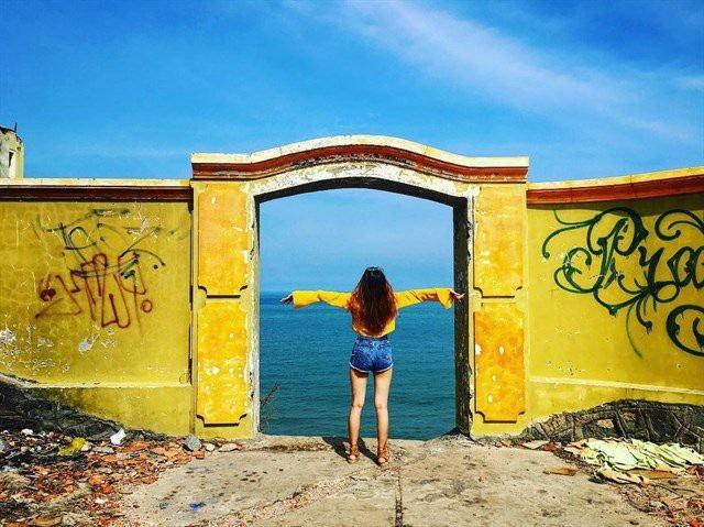 Chỉ cần bước qua chiếc cổng thần kì này, điều bạn thấy chính là biển cả mênh mông, từ đây nhìn xuống thành phố biển trọn vẹn trong tầm mắt… Ảnh:@iris_clytia
