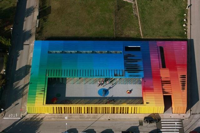 Công trình đầy màu sắc này chính là nhà trẻ El Petit Comte được xây dựng tại Catalonia, Tây Ban Nha vào năm 2010. Đây cũng là tác phẩm gây ấn tượng hàng đầu cho những giáo khảo của hội đồng chấm giải Pritzker.