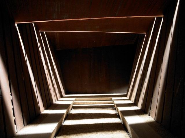 Được hoàn thành vào năm 2007, phòng trưng bày của hãng rượu vang Bell-lloc tựa như hòa mình với lòng đất nhờ màu sắc cùng hình dáng đặc trưng của nó. Được biết mục đích của thiết kế đặc biệt này là nhằm tạo cho khách tham quan cảm giác như đang bước giữa những luống đất để thu hoạch nho phục vụ cho quá trình làm rượu vang.