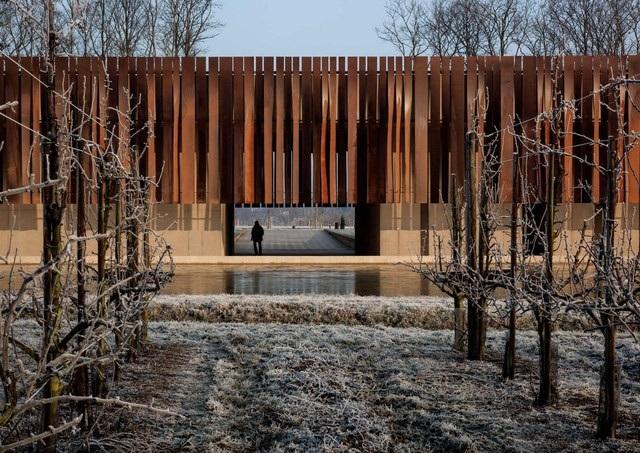 Công trình nhà hỏa táng Hofheide được hoàn thành vào năm 2013. Sau khi ra mắt công chúng, nó đã liên tiếp dành được nhiều giải thưởng kiến trúc danh giá trên thế giới. Được biết, màu sắc cùng chất liệu gỗ được sử dụng tượng trưng cho đất mẹ- nơi an nghỉ cuối cùng của những người đã khuất.
