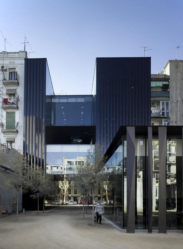 Thư viện Biblioteca Sant Antoni được hoàn thành vào năm 2007, có thể nhận thấy, với thiết kế khác biệt của của mình, công trình kiến trúc này trở nên hoàn toàn nổi bật với những ngôi nhà xung quanh.