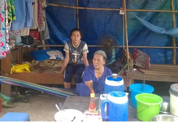 Bà cháu em Võ Thị Kim Ngọc khi đứng trước cảnh phải bỏ học đã... tìm đến cô Phương để nhờ giúp đỡ.