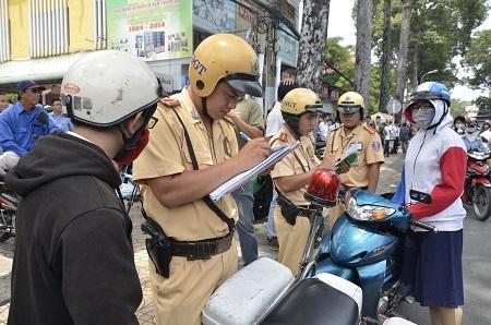 Theo Nghị định 46/2016/NĐ-CP có tất cả 55 lỗi mà người đi xe máy vi phạm sẽ bị tước giấy phép lái xe (ảnh: Đình Thảo)