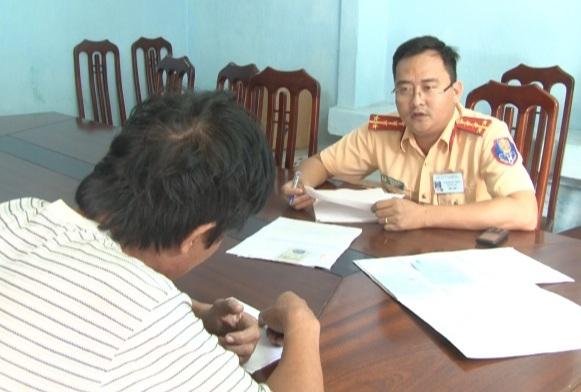 CSGT Thừa Thiên Huế lấy lời khai 1 đối tượng sử dụng giấy chứng nhận đăng ký không do cơ quan có thẩm quyền cấp