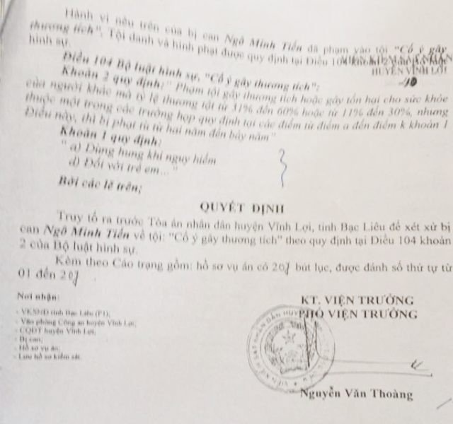 Cáo trạng của Viện KSND huyện Vĩnh Lợi truy tố Ngô Minh Tiến tội Cố ý gây thương tích, mà theo bị can này là không thuyết phục.