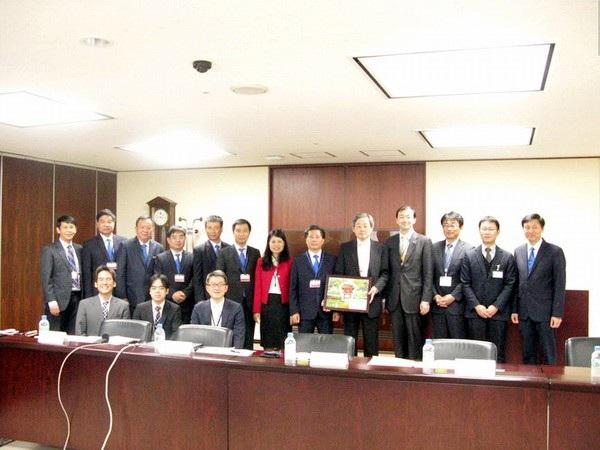 Đoàn công tác EVNNPT chụp ảnh lưu niệm cùng lãnh đạo, đại diện các ban chức năng của Công ty Điện lực Tokyo (TEPCO), Công ty Lưới điện TEPCO (TEPCO Power Grid), Công ty Phát triển hạ tầng mạng lưới Nhật Bản (TTNI).