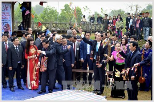Chủ tịch nước Trần Đại Quang cùng lãnh đạo bộ, ngành tham gia Lễ hội tung còn đồng bào dân tộc Thái. Ảnh: Thanh Hà - TTXVN