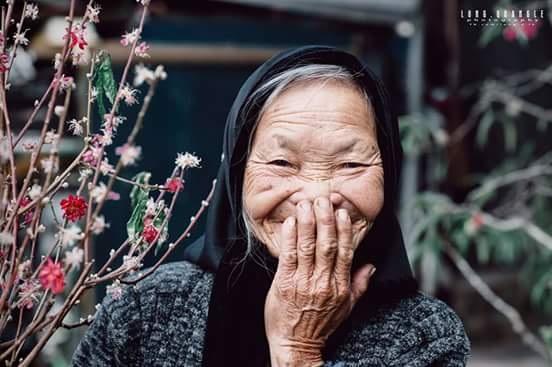Chụp xong, bà mời tôi vào uống trà và hỏi tôi: Nãy giờ chụp hết bao nhiêu tiền, bà gởi, film mắc lắm mà con chụp cỡ đó chắc tốn lắm, bà móc tiền ra đưa cho tôi, mặt bà vừa cười và nói.
