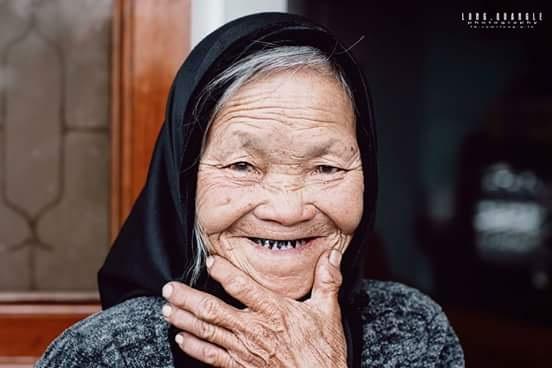 Bà chuyển vào Đà Lạt được 23 năm từ ngày ông mất, mua cái nhà trong hẻm và sống bằng nghề này. Tôi tâm sự với bà, kể ra mới biết bà cũng là người Quảng Nam, sáng đi làm và chiều tối lại về, ngày qua ngày cứ như vậy.