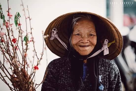 Đà Lạt vào thời điểm này lạnh lắm, càng về tối cái rét càng đậm hơn, trên 70 tuổi mà bà vẫn còn phải lao động trong cái thời tiết này.