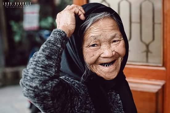 Tôi xin bà chụp một số tấm hình, bà vui vẻ nhận lời và tạo dáng rất vui tươi. Bà kể nhiều về cuộc sống của bà, từ những ngày rét buốt đến lạnh run vẫn phải đi làm, có quá nhiều điều buồn tuổi, cơ cực...