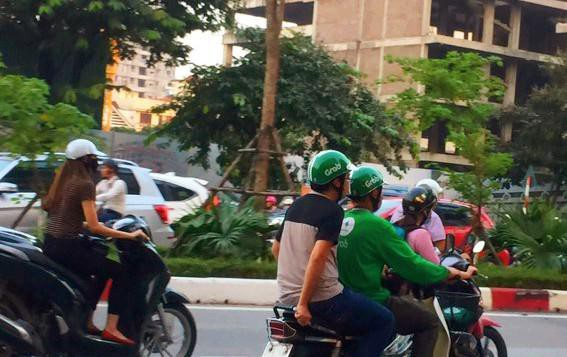 """Cử nhân đại học làm nghề """"xe ôm công nghệ"""" rất phổ biến ở Việt Nam hiện nay (Ảnh minh họa: Lệ Thu)."""