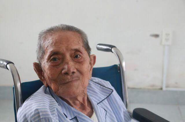 Cụ Trần Lâm dù 101 tuổi nhưng đã sáng mắt nhờ phẫu thuật tại Bệnh viện Mắt Huế
