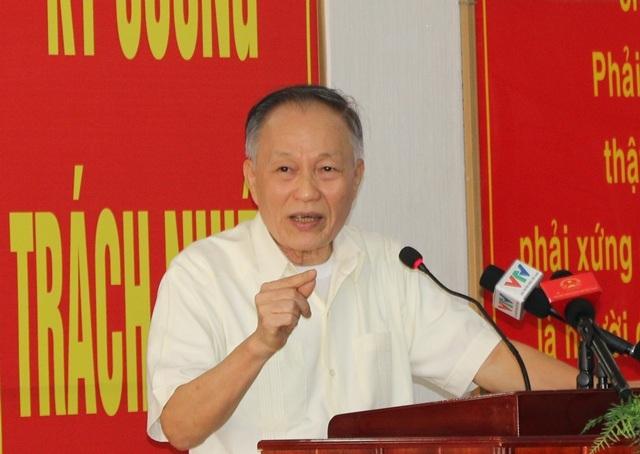 Cử tri Nguyễn Xuân Xinh nêu các thắc mắc của mình với Chủ tịch Quốc hội