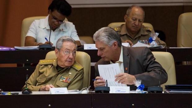 Chủ tịch Raul Castro ngồi cạnh Phó Chủ tịch Miguel Diaz-Canel tại phiên họp quốc hội ở Havana ngày 21/12 (Ảnh: Reuters)