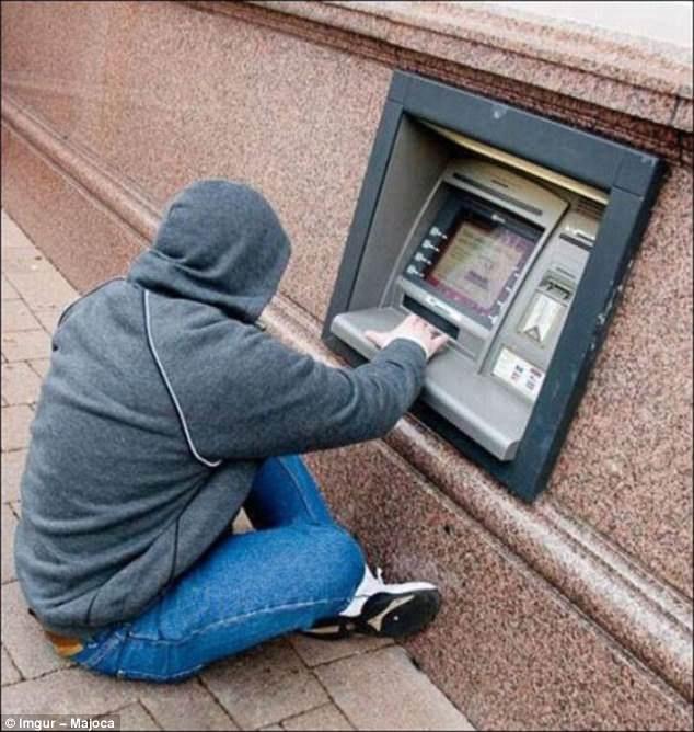 Có lẽ người thiết kế cho rằng, ngồi xuống rút tiền sẽ khiến người dùng thoải mái hơn.
