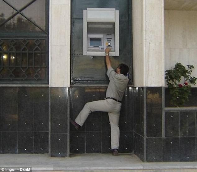 Chiếc máy ATM này vẫn hoạt động bình thường. Nhưng nhiều người không hiểu nổi, tại sao nó được thiết kế ở vị trí oái oăm đến vậy?