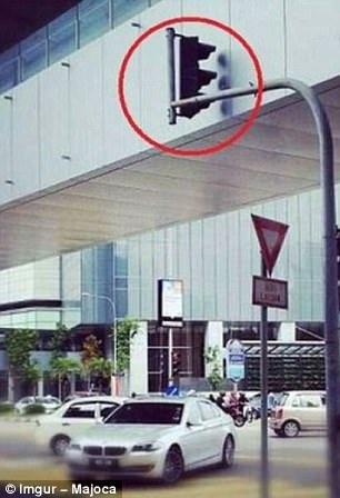 Có ai hiểu được ý nghĩa của cột đèn giao thông này. Một trong những hình ảnh được người dùng chia sẻ trên mạng Imgur.