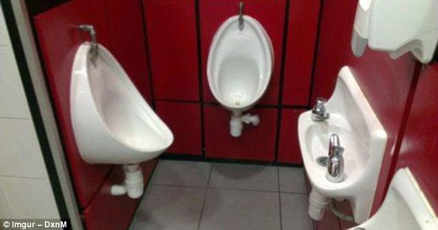 Nhà WC siêu tiết kiệm không gian dành cho các quý ông.