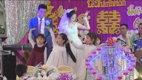 Clip học trò nhí hát múa đáng yêu trong đám cưới cô giáo - 1