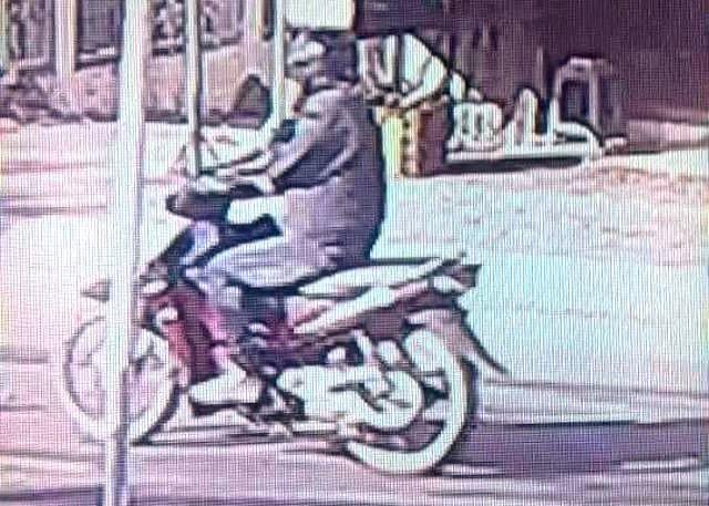 Camera của dân quay lại hình ảnh giống nghi phạm cướp ngân hàng trên đường tẩu thoát (ảnh do cơ quan công an cung cấp)