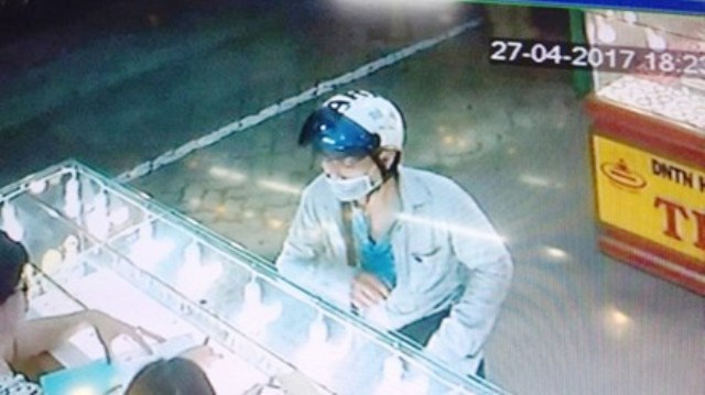 Tên cướp được camera ghi lại (ảnh: Xuân Liêm)