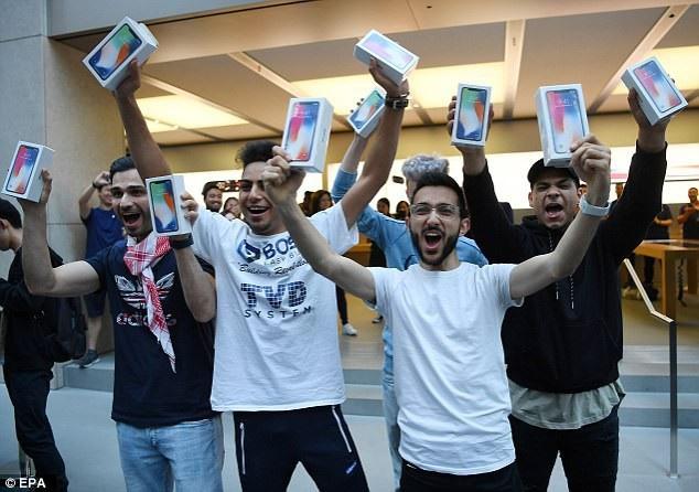 Mazen Kourouche và nhóm bạn của anh là một trong số những người đầu tiên mua được iPhone X vì xếp hàng từ nhiều ngày trước.