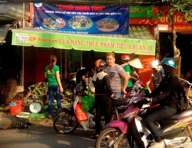Người Sài Gòn tấp nập ghé mua ủng hộ chuối nghĩa tình (ảnh: CTP)