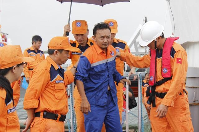 Lực lượng tìm kiếm cứu nạn và các ngư dân đã phối hợp cứu sống một thuyền viên người Malaysia trôi dạt trên biển nhiều giờ liền. (Ảnh: Nguyễn Nam)