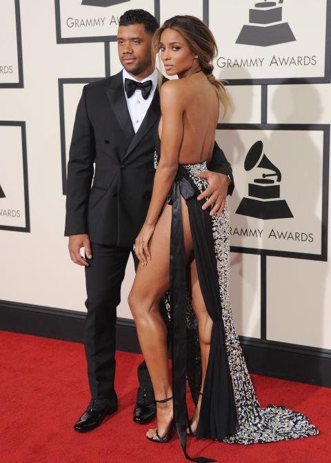 Ciara không xa lạ với trang phục gợi cảm, trong ảnh cô tự tin khoe chân với váy xẻ cao của Alexandre Vauthier