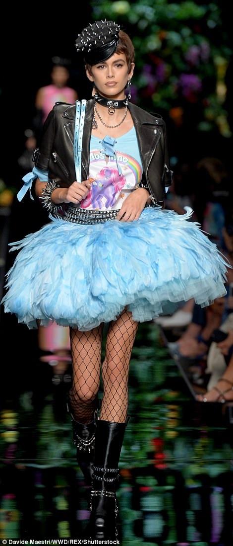 Cô gái 16 tuổi lần đầu diễn tại Milan Fashion Week