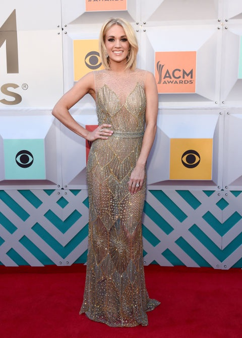 Carrie Underwood rất hợp màu ánh kim và bộ váy Davidson Zanine trong hình tôn lên dáng chuẩn của cô
