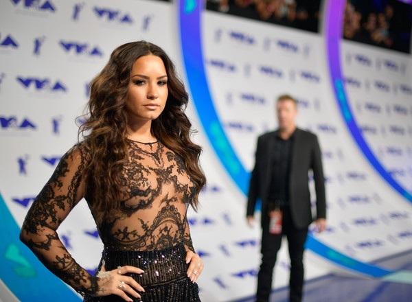 Demi Lovato không kém phần sexy