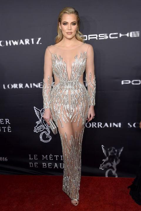 Khloé Kardashian giảm cân rất nhiều trong năm qua, vì thế cô tự tin diện váy xuyên thấu của Yousef Al-Jasmi