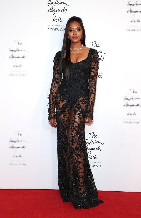 Naomi Campbell trẻ hơn tuổi 46 khi diện váy ren Alexander McQueen