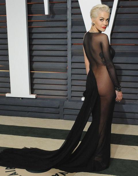 Rita Ora táo bạo khoe vòng ba trọng bộ váy Donna Karan