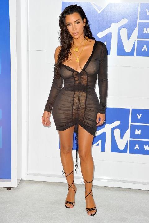 Kim Kardashian bị chê vì phong độ thất thường trong thời trang năm 2016 vừa qua, trong ảnh cô diện chiếc váy gây tranh cãi của John Galliano