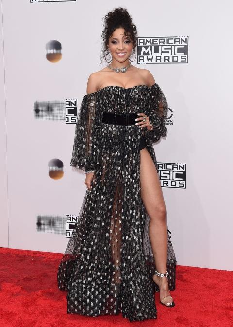 Tinashe điệu đà với váy chấm bi Michael Costello