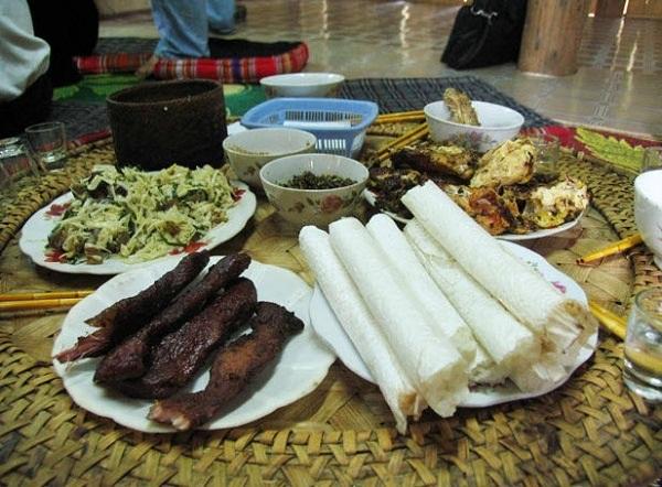Đến đây du khách có dịp thưởng thức gà đồi, măng chua, cá suối, các loại rau rừng,... vô cùng hấp dẫn.