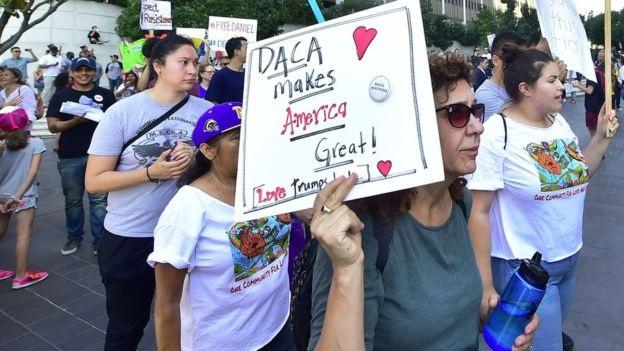 Đám đông xuống đường ủng hộ DACA. (Ảnh: Reuters)