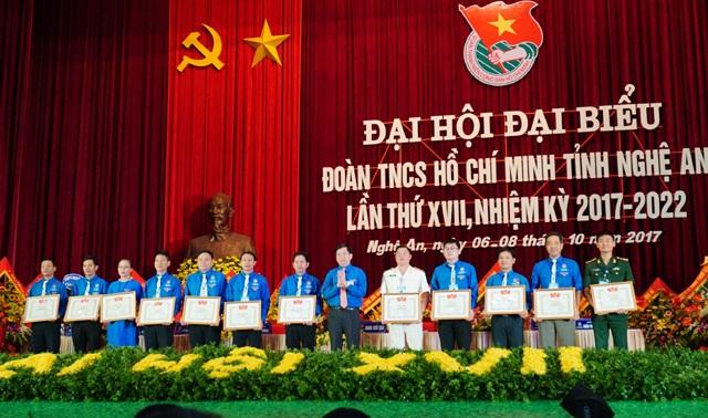 Trao Bằng khen của Trung ương Đoàn cho các cá nhân và tập thể xuất sắc, có nhiều đóng góp trong hoạt động phong trào đoàn