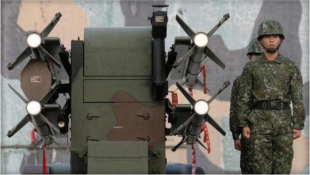 Lính Đài Loan đứng cạnh hệ thống tên lửa đất đối không Tien Chien nội địa trong cuộc tập trận thường niên hồi tháng 1/2017 (Ảnh: Getty)