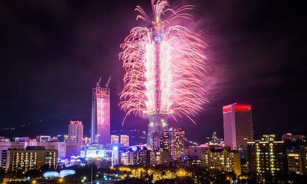 Châu Á tối qua cũng đã đón năm mới với những màn trình diễn pháo hoa đẹp mắt. Trong ảnh là màn bắn pháo hoa ấn tượng tại tòa nhà chọc trời Taipei 101 ở Đài Bắc, Đài Loan (Ảnh: Getty)