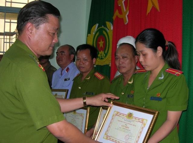 Đại tá Đợi trong một lần trao giấy khen cho các đơn vị phá án.